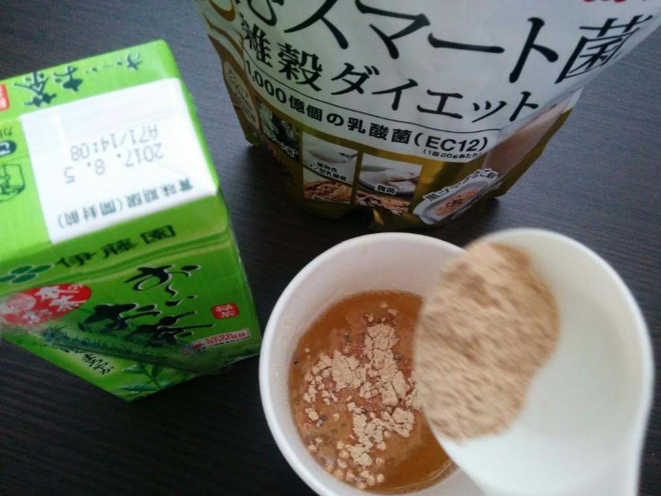 飲むスマート菌をお茶に混ぜてる写真