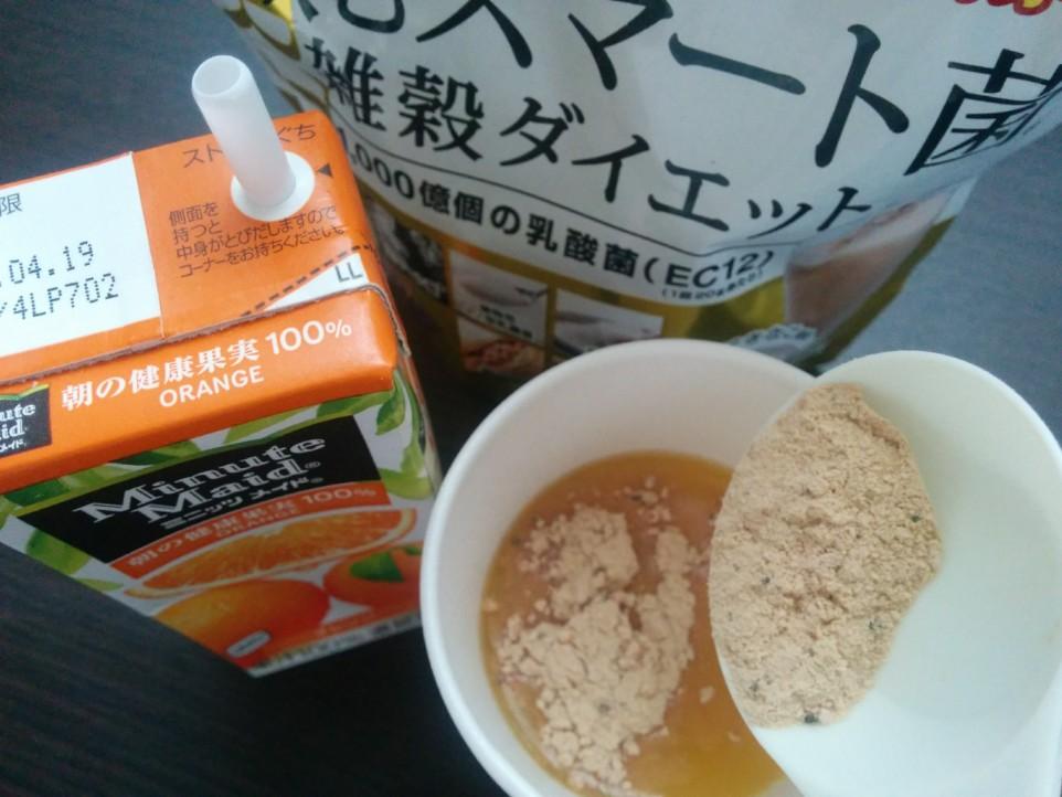 飲むスマート菌をオレンジに混ぜてる写真