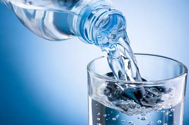 間食をやめる方法3 お腹が空いたら炭酸水や水を飲む